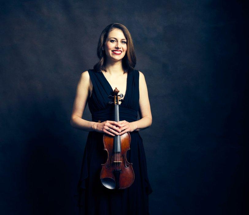 Portrait of a woman with a violin - concert nova