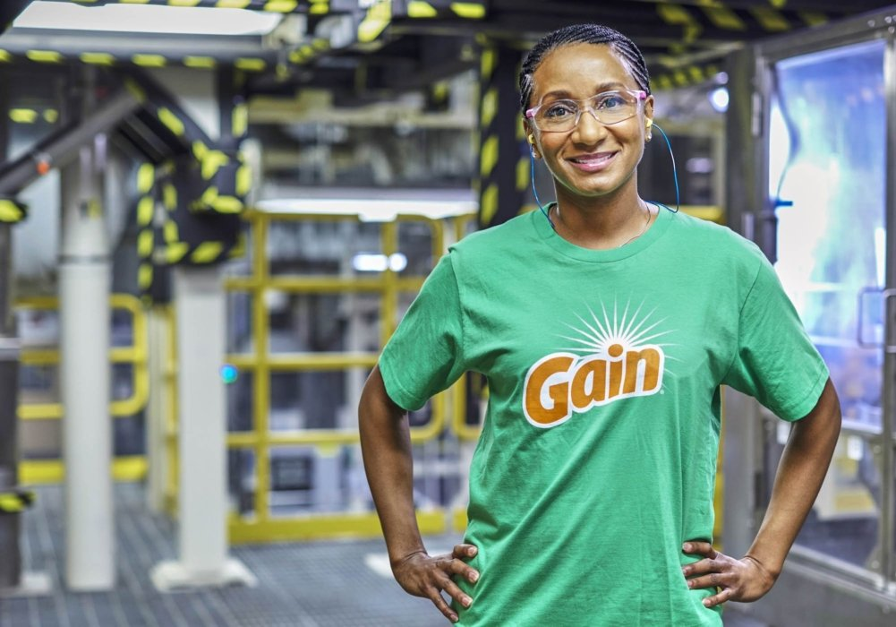 A hero of a woman working at the Gain factory