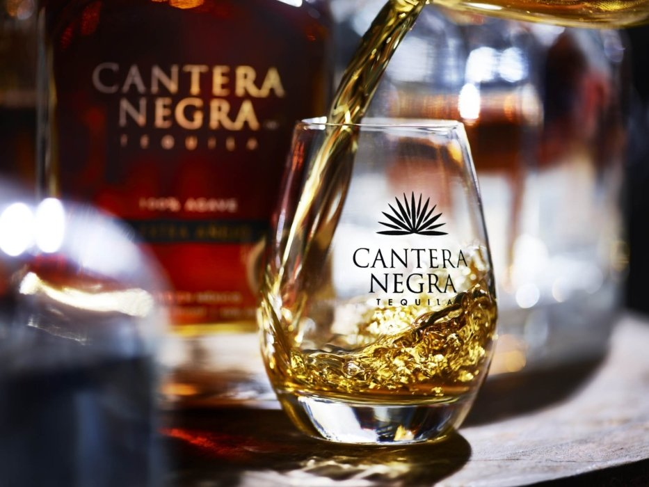 Cantera Negra Tequila pour - drink photography
