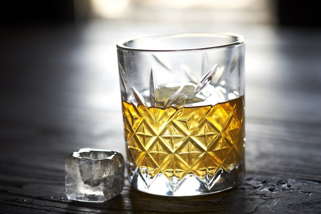 Drink photography - A whiskey with ice
