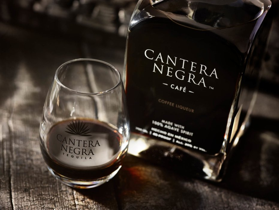 Dark cafe tequila product cantera negra - drink photography
