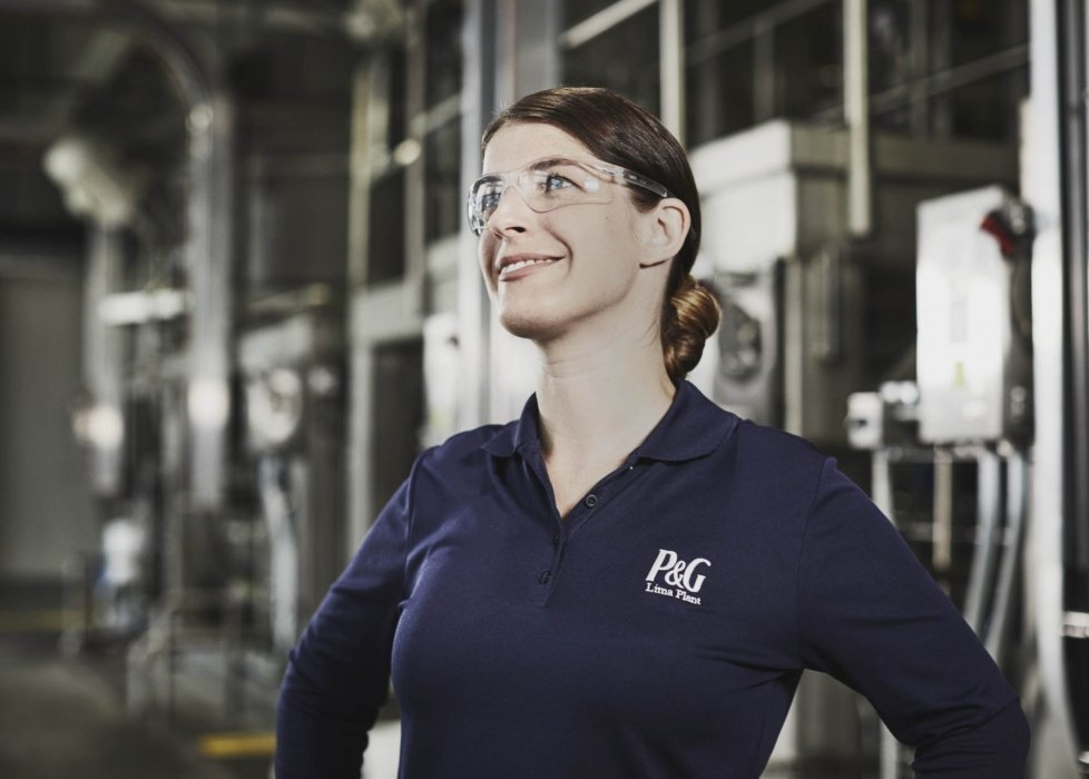 A P&G worker at the Lima plant looking up in the workplace